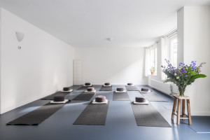 Yoga- en meditatieattributen zijn aanwezig